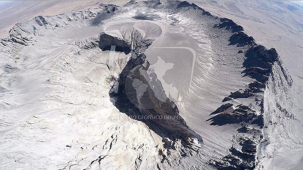 Dron sobrevuela el volcán Ubinas, el más activo del Perú